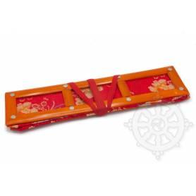 Grand porte-textes en tissus rouge floral(armature bambou, L. 42 x l. 12 x H. 10cm)