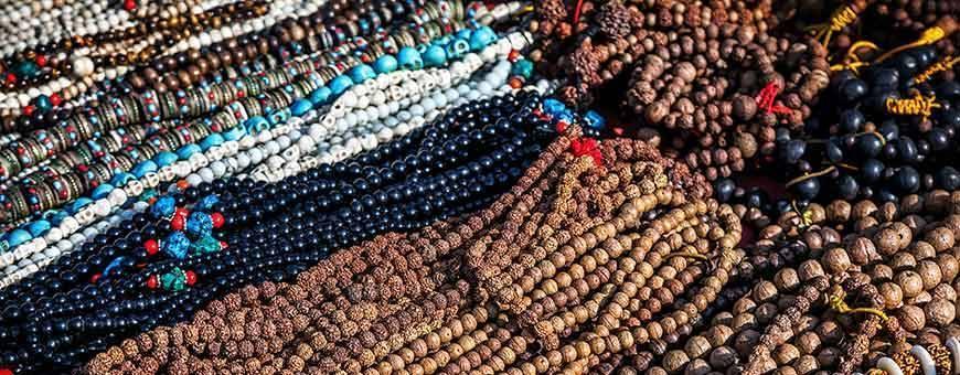 Mala, pulseras, rosario de madera y piedras preciosas, 2019.