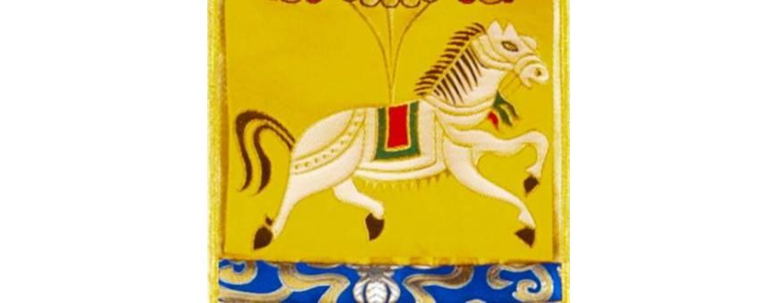 Mehrfarbige Banner, die Symbole des tibetischen Buddhismus darstellen.